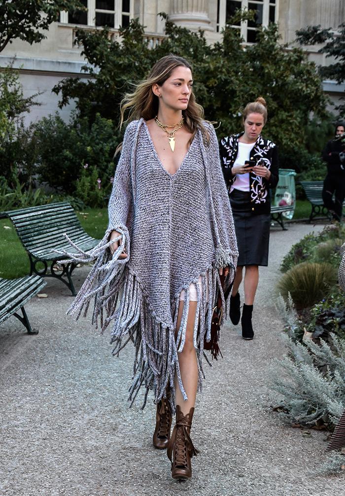How to wear woven poncho, Sofia Sanchez de Batek wearing grey woven poncho, Paris Fashion Week street style fashion by PeopleandStyles.com