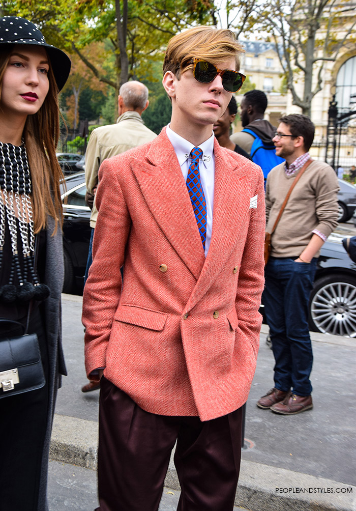 Here is a street style look we've noticed on a handsome man during Paris Fashion Week. Blazer in red-orange mixed with burgundy trousers gives a very elegant switch to men's wear.
