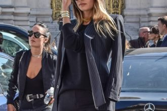 fashion styling degree current trends fashion styling tips how to wear golden choker necklace street look from Paris Fashion Week, top street fashion blogs, pretty women wearing pinstripe pretty women fashion stylist pinstripe blazer, golden chocker basic cashmere sweater, fashion designer bag, dark jeans and ankle boots