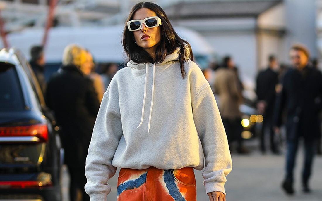 Details of Gilda Ambrosio street style look in tie dye boyfriend jeans